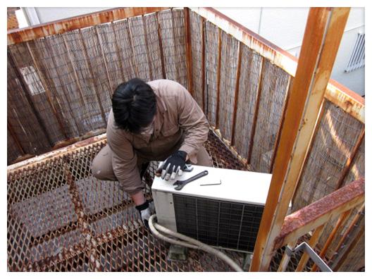 エアコンのガス戻し作業を行っている写真